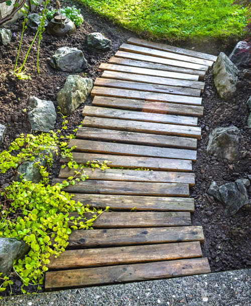 DIY Wood Pallet Garden Walkway